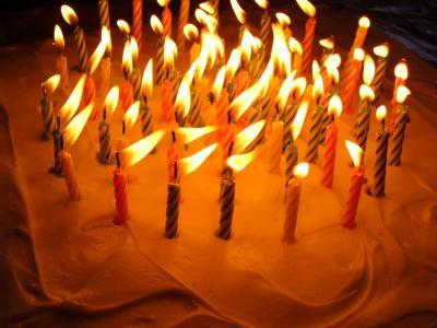 多彩多姿的蜡烛奶油生日蛋糕
