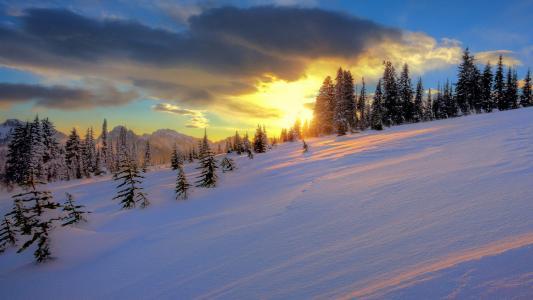 在山腰的日落