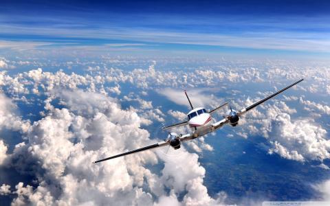 私人飞机飞过云层