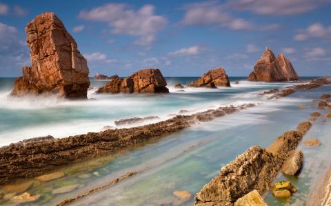 靠近岸边的石头