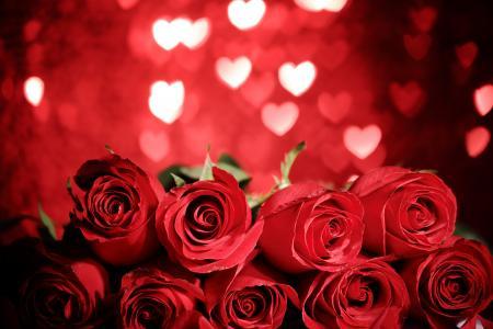 一束大红玫瑰背景下的心