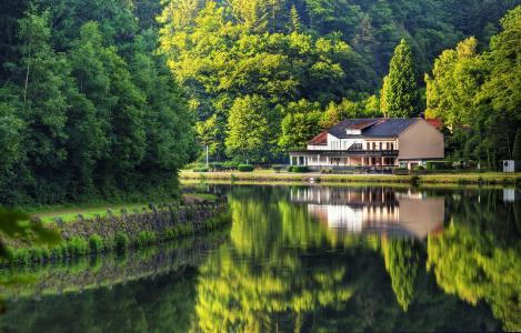 河岸上的房子在夏天