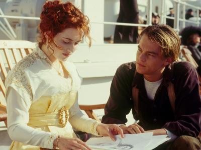 """罗斯在电影""""泰坦尼克号""""中欣赏杰克的图画"""