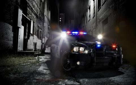 一辆警车在黑暗的小巷里