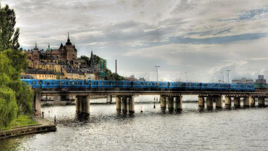 火车穿过瑞典河上的大桥