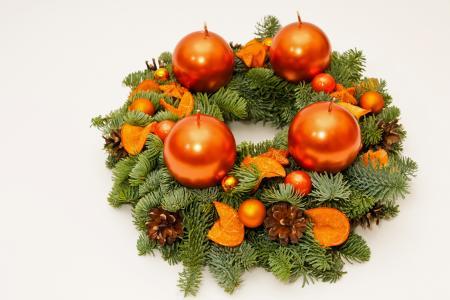 冷杉分支与蜡烛的圣诞花环