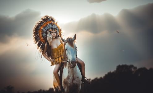 印度服装在马背上的年轻女孩