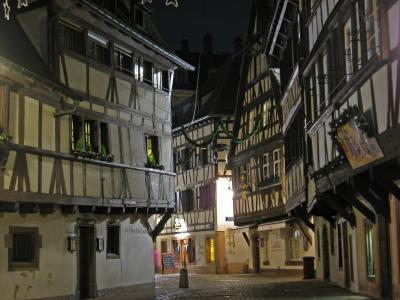 晚上在法国斯特拉斯堡的街道