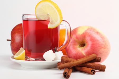 茶用柠檬,苹果和肉桂在白色背景上
