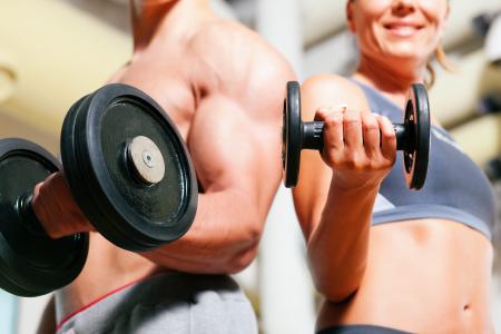 夫妇练习健身