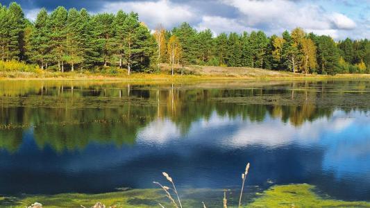 在湖上的秋天
