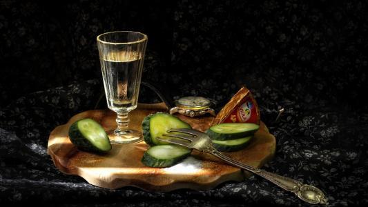 一杯伏特加酒和黄瓜