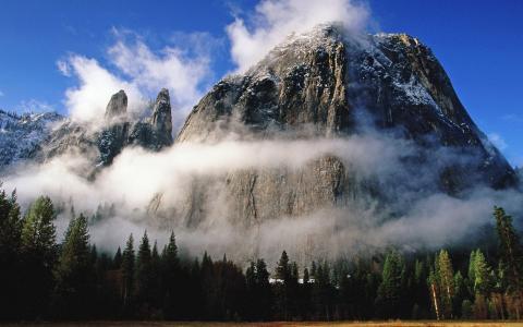 岩石在雾中