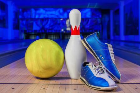 蓝色运动鞋,球和保龄球馆上的skittle