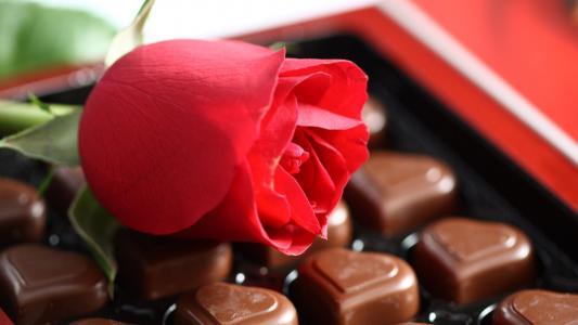 糖果的心和红玫瑰的形状