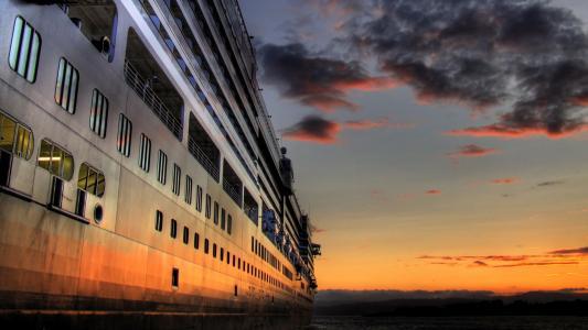 在泰坦尼克号的一侧