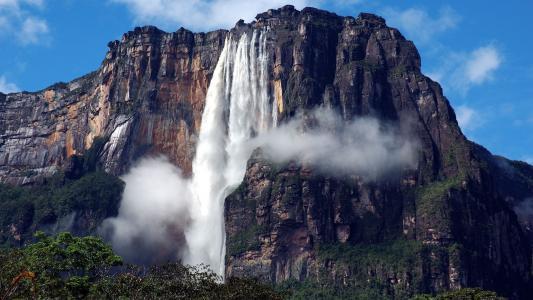 天使的瀑布在岩石上