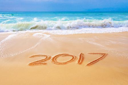 铭文2017年在汹涌的大海附近的沙滩上
