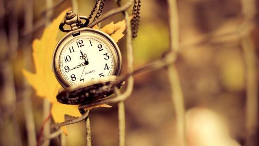 链上的时钟和秋天的叶子