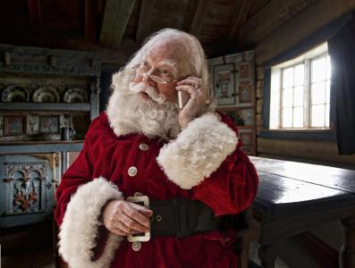 圣诞老人正在用手机说话
