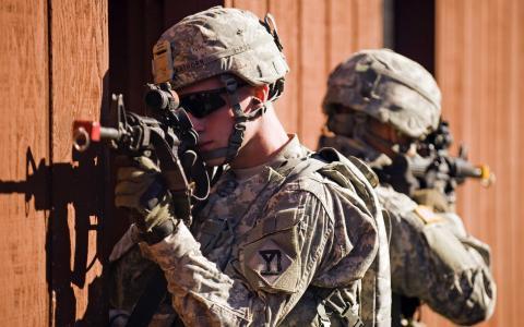 瞄准步枪的士兵