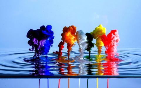在水中溅起鲜艳的色彩