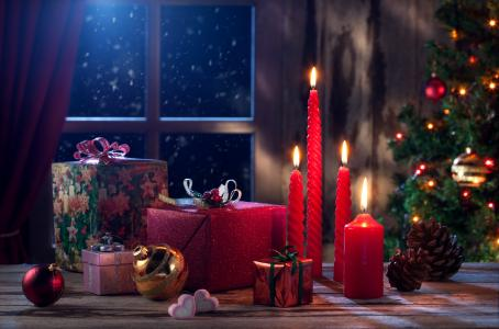 点燃与礼物和玩具的红色蜡烛2018年新年
