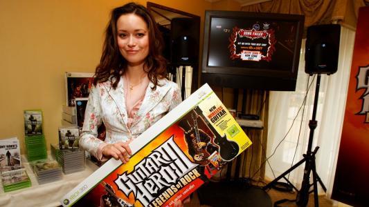 与吉他广告的女演员