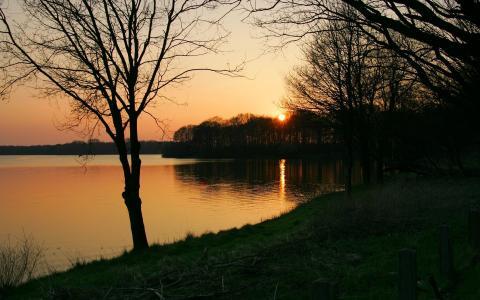 晚上在一个安静的湖面上