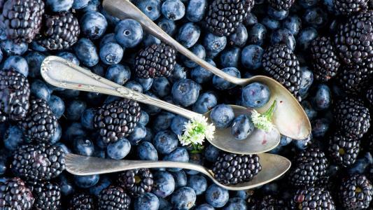 勺子在蓝莓和黑莓
