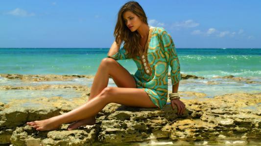 安娜·比阿特丽斯·巴罗斯在海滩上摆姿势
