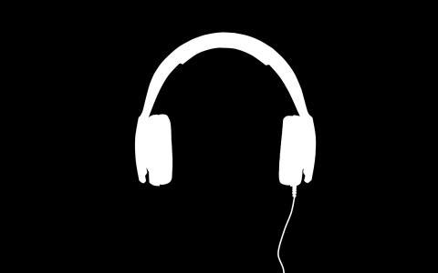 白色的耳机,黑色的背景