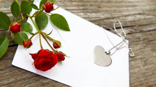 形状的心和红玫瑰的吊坠