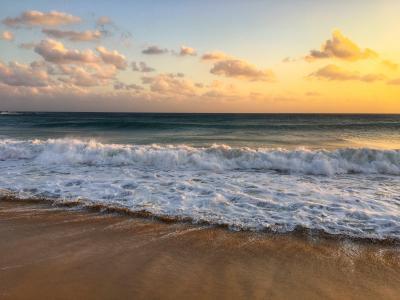 海边翻滚的浪花