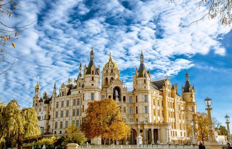 什未林城堡在秋天美丽的蓝天下,德国