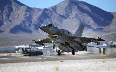 起飞的军用飞机F-16