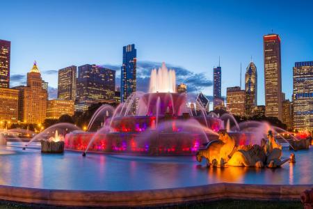 美丽的白金汉喷泉在晚上摩天大楼,芝加哥的背景中。