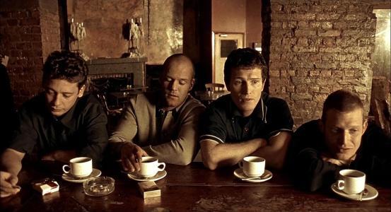 卡,钱,两条树干喝咖啡