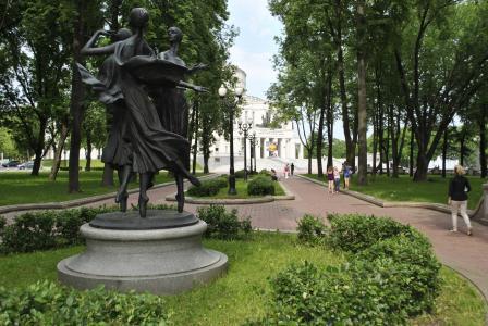 纪念碑的芭蕾舞女演员在以扬卡库帕拉市明斯克命名的公园