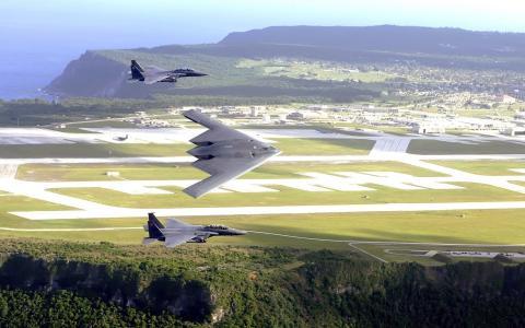 一对F-15鹰护送了B-2精神