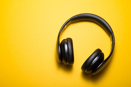 在黄色背景上的大黑耳机