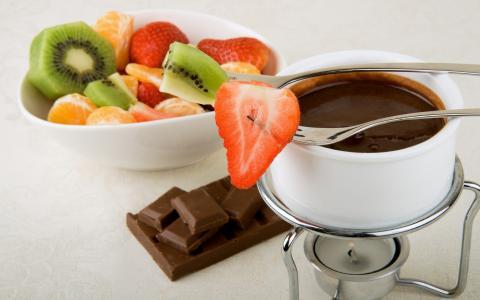 水果片融化的巧克力