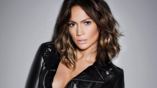 最受欢迎的女演员,歌手詹妮弗·洛佩兹穿着黑色皮夹克