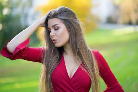 红色服装的美丽的长发女孩