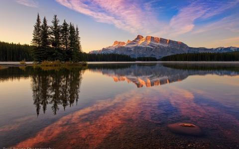 透明的湖水在加拿大班夫国家公园