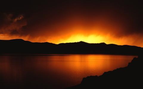 天空在山的边缘燃烧