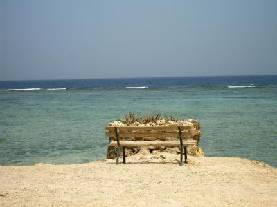 在El Quseir,埃及海滩上的长凳