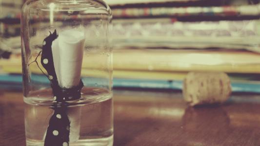 笔记在一个玻璃瓶