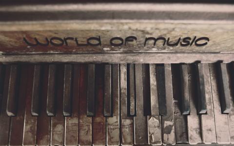 旧钢琴的音乐世界