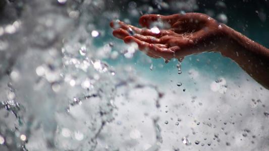 人用手抓水